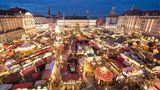 Platz 2: Dresdner Striezelmarkt  Es ist nicht nur der zweitbliebtesteMarkt im Ranking, derDresdener Striezelmarkt ist auch Deutschlands ältester Weihnachtsmarkt. Ihngibt es bereits seit 1434. In diesem Jahr findet er zum 584. Mal statt.  Infos:www.striezelmarkt.org