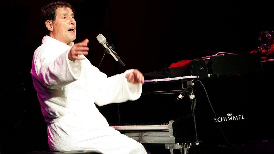 Udo Jürgens bei einer seiner legendären Zugabenim Bademantel am Klavier