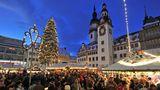 Platz 5: Chemnitzer Weihnachtsmarkt  Hier gibt es weihnachtliches Naschwerkund traditionelle erzgebirgische Volkskunst zu kaufen. Der Markt ist thematisch in verschiedene Themebereiche unterteilt, wie derAdventsmarkt Anno 1400 in der Klosterstraße oder das Erzgebirgsdorf auf dem Düsseldorfer Platz.  Infos:www.chemnitz.de