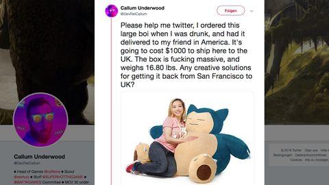 Eine Frau liegt auf eunem riesigen Pokémon-Kissen