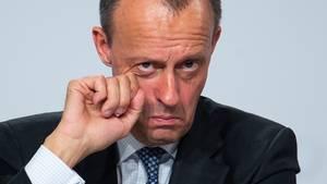 Friedrich Merz reibt sich missmutig ein Auge - Hat er sich schon um seine zweite Chance aufs Kanzleramt geredet?