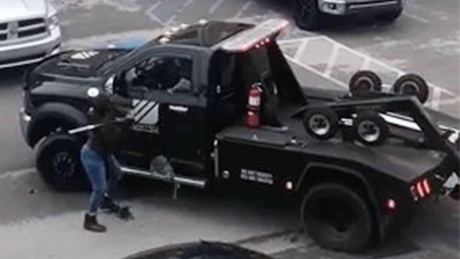 Streit in Tennessee: Weil ihr Auto abtransportiert wird: Frau greift Abschleppwagen mit Baseballschläger an