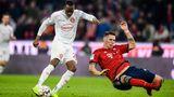 Aufreger des Tages: Hoeneß zählt den Trainer an  Das ist der Mann, der in der Allianz-Arena drei Tore gegen die Hausherren erzielte. Dodi Lukebakio war gedanklich und läuferisch immer etwas schneller als seine Gegenspieler. Beim dritten Treffer, hier im Bild, enteilte erNiklas Süle. Die Abwehrleistung der Bayern war unterirdisch. Überhaupt ist die Defensive das Hauptproblem: 17 Tore haben die Bayern schon kassiert in der Bundesliga - ein für den FCBunterirdischer Wert.