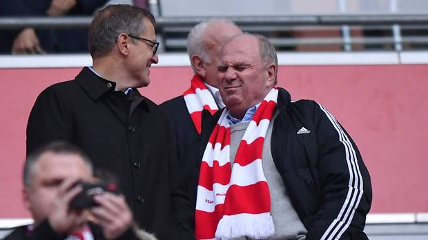 Aufreger des Tages: Hoeneß zählt den Trainer an  Die Bayern-Krisekann man mittlerweile nicht mehr als kurze Schwächephase abtun, sie stellt mittlerweile einsubstantielles Problem dar. Der Rekordmeister hat nach dem peinlichen Unentschieden vorerst den Anschluss an Tabellenführer Dortmund verloren, dermit neuen Punkten Vorsprung entteilt ist. Derruhmreiche FCBist zu einer durchschnittlichen Bundesliga-Mannschaft mit internationalen Ambitionen geschrumpft. Diese Erkenntnis hatte nach dem Spiel gegen Düsseldorf wohl auch Uli Hoeneß. Er tat das, was Fußballbosse in so einer Situation immer tun: Sie zählen den Trainer an. Dabei wissenalle: Hoeneß trägt als Ober-Häuptling ein gerüttelt Maß an Mitverantwortung für den Schlamassel.