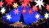 Platz 9:Erfurter Weihnachtsmarkt  In der Landeshauptstadt von Thüringen bieten vom Domplatz über den Fischmarkt, die Schlösserbrücke, den Anger bis zum Willy-Brandt-Platz in mehr als 200 Holzhäusern die Händler alles an, was zum Advent und zum Weihnachtsfest gehört.  Infos:https://weihnachtsmarkt.erfurt.de