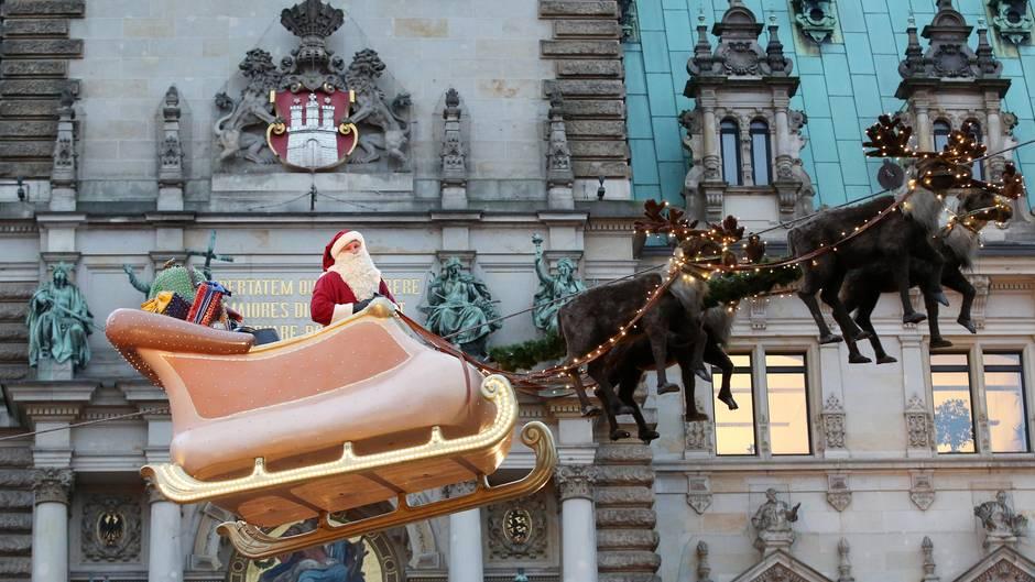 Platz 10: Hamburger Weihnachtsmarkt  Erst seit der Jahrtausendwende gibt es den Weihnachtsmarkt vor dem Hamburger Rathaus, der sich durch seinen nostalgischen Retrostil, der von Von Roncalli-Zirkusdirektor Bernhard Paul entworfen wurde, großer Beliebtheit erfreut. Inzwischen werden jedes Jahr zwei Millionen Besucher erwartet.  Infos:www.hamburger-weihnachtsmarkt.com