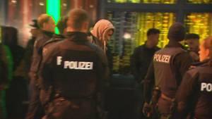50 Polizisten auf einmal im Einsatz: Das Frankfurter Bahnhofsviertel ist als Hotspot der Drogenszene in Deutschland berühmt-berüchtigt.