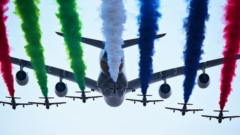 Der Airbus A380 von Etihad Airways von den Flugzeugen der Al Fursan Aerobatic im Formationsflug begleitet.