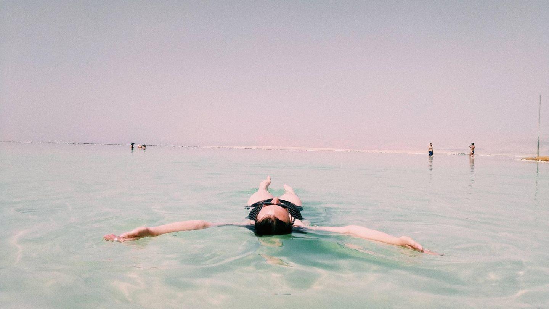 Frau im Toten Meer