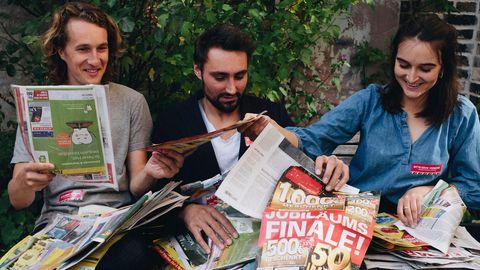 """Das Team von """"Letzte Werbung"""" mit einem Stapel Reklame, der in ihren Briefkästen landete"""