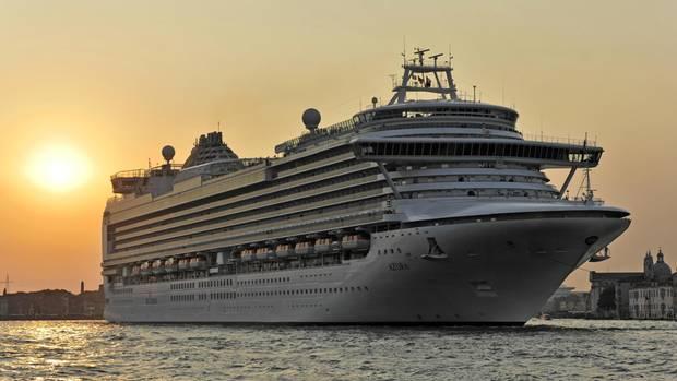 """Die """"Azura"""" ist mit 290 Metern Länge eines der größten Kreuzfahrtschiff der britischen Reederei P&O Cruises"""