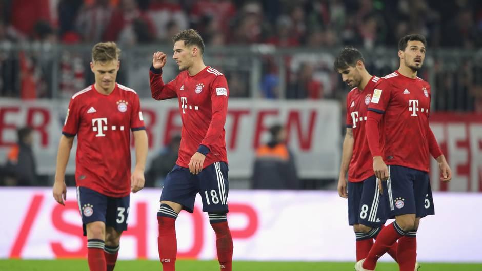 Vier Spieler des FC Bayern München stehen nach dem 3:3 gegen Fortuna Düsseldorf enttäuscht auf dem Platz