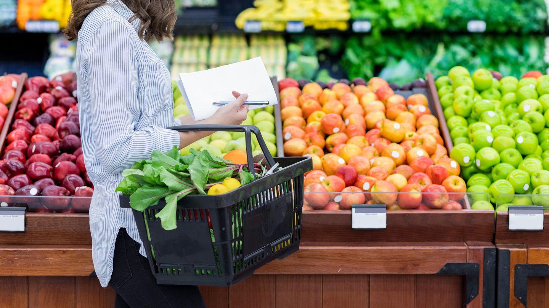 1. Kaufen Sie saisonales Gemüse  Wer Obst und Gemüse der Saison und dann möglichst noch aus der Region kauft, kann Geld sparen. Aber nur so lange wie sie auf den Feldern der Landwirte wachsen. Danach steigen die Preise wieder. Wer Erdbeeren im Winter möchte, sollte sich nicht wundern, dass sie viel kosten. Im Winter kann man beispielsweise auf alle möglichen Kohlarten wie Blumenkohl, Spitzkohl, Rotkohl setzen. Äpfel lassen sich wiederum wunderbar lagern.