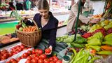 6. Haben Sie keine Angst Lebensmittel zu kaufen, die überreif sind  Wenn Sie für den Winter Tomatensauce einkochen wollen, halten Sie nach Früchten Ausschau, die bereits überreif sind und in vielen Supermärkten vielleicht in den Müll wandern würden. Auch Obst und Gemüse mit braunen Stellen lassen sich wunderbar zu Mus oder Eintöpfen verarbeiten. Meist spart man bei diesen Lebensmittel viel Geld.