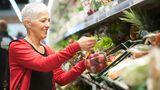 3. Wiegen Sie bereits verpacktes Obst und Gemüse  Zwar sollte bereits verpacktes Obst und Gemüse immer das gleiche Gewicht haben, dennoch gibt es Unterschiede. Wiegen Sie die Lebensmittel deshalb, um das schwerste zu finden, und somit mehr für Ihr Geld zu bekommen.