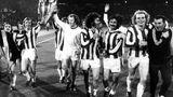 Uli Hoeneß (2.v.r) und Paul Breitner (4.v.r) feiern im Mai 1974 den 4:0-Sieg über Atlético Madrid.