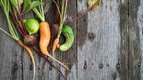 """4. Halten Sie Ausschau nach krummen Gemüse  Die Vorschrift besagt, dass Gemüse und Obst eine bestimmte Form haben müssen. Eine Schlangengurke beispielsweise darf nicht allzu krumm sein, sonst wird sie aussortiert. Halten Sie genau nach dieser Ware Ausschau, denn die sogenannten """"Misfits"""" sind oft günstiger als das normale Obst und Gemüse in der Auslage."""