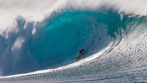 Vor Oahus berühmtesten Spot Pipeline brachen am äußeren Riff gigantische Wellen - Kohl Christensen schießt aus einer großen Tube.
