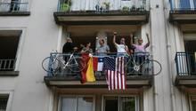 Deutsch-Amerikanische-Freundschaft gibt es natürlich immer noch - wie hier bei Tour-de-France-Zuschauern im Westen Frankreichs