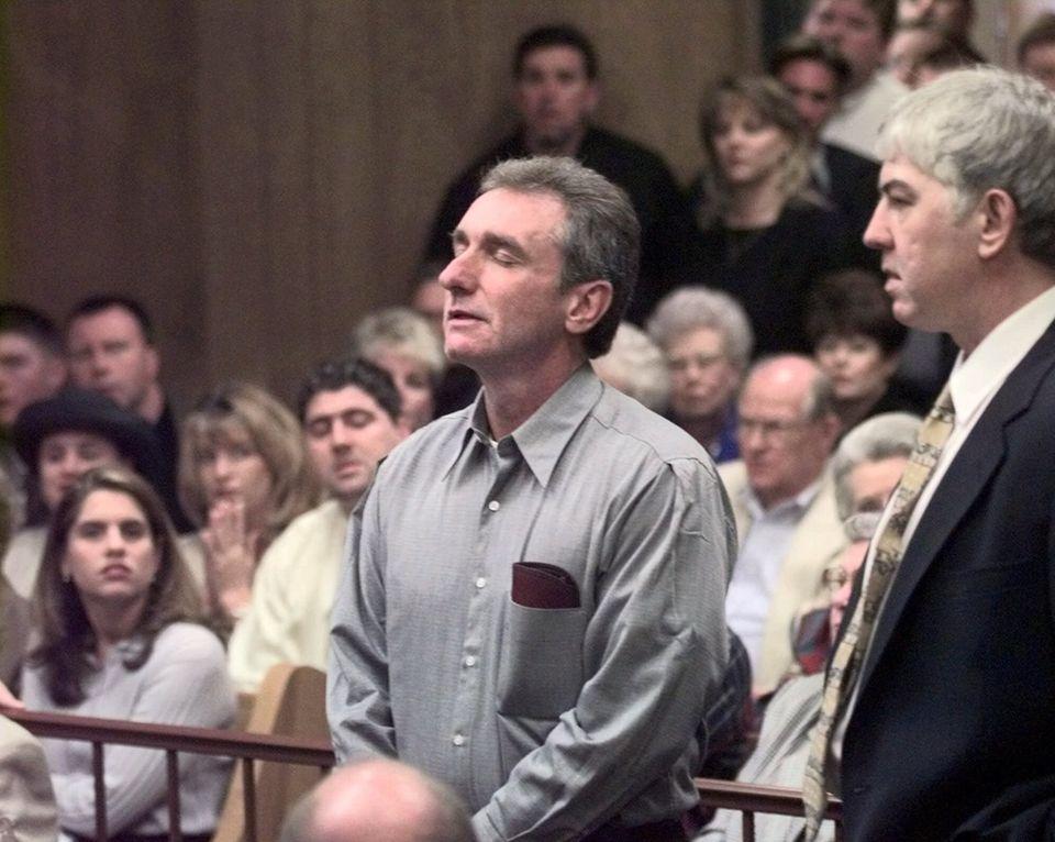 Dennis Fritz (l.) und Ron Williamson hören zu, während ein Richter sie nach elf Jahren Gefängnis freispricht