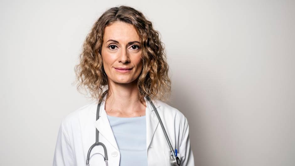 Eine Ärztin im weißen Kittel
