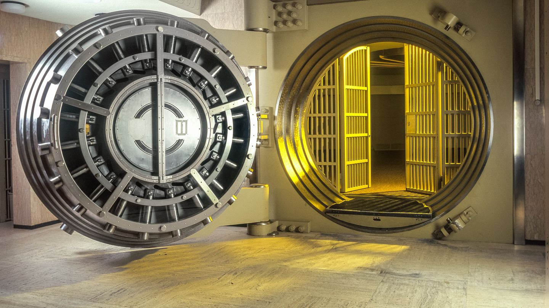 Geldtresor mit geöffneter Tür