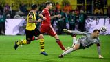 BVB-Stürmer Paco Alcacer trifft zum 3:2 gegen den FC Bayern München