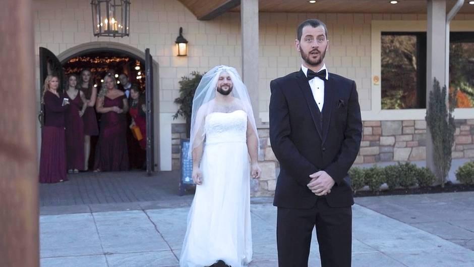 Hochzeitsstreich: Trauzeuge nimmt Bräutigam gewaltig auf den Arm – seine Reaktion ist genial