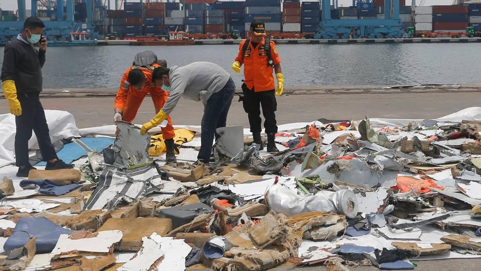 Ermittler untersuchen Wrackteile des am 29. Oktober 2018 kurz nach dem Start ins Meer gestürzten Passagierflugzeug der Fluggesellschaft Lion Air.