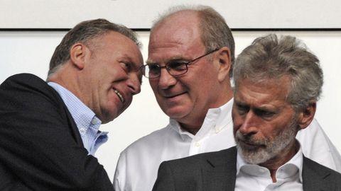 Karl-Heinz Rummenigge, Uli Hoeneß und Paul Breitner (v.l.) schauen 2009 gemeinsam ein Bundesliga-Match der Bayern