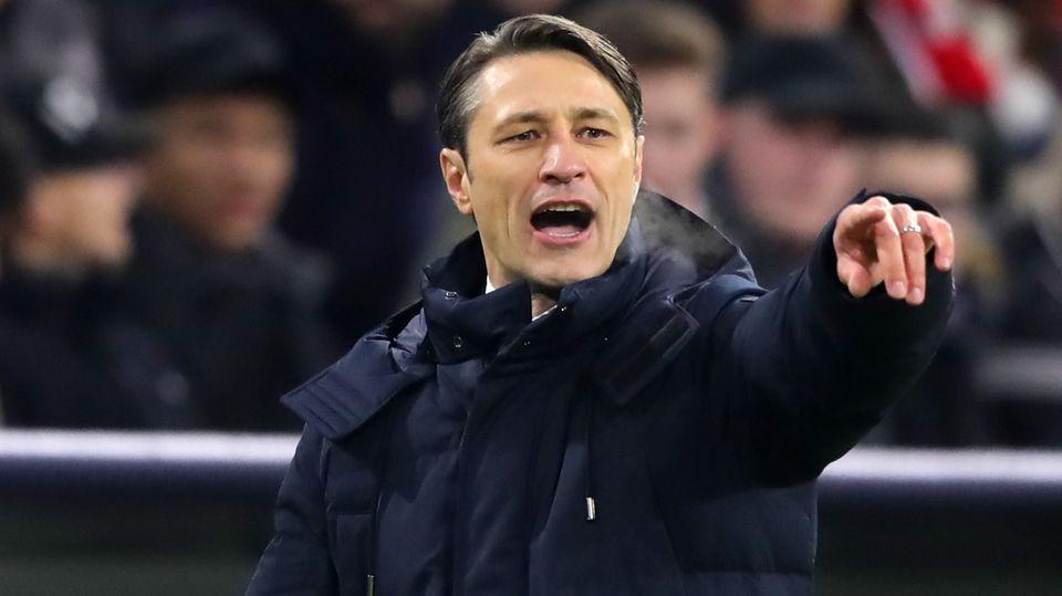 Niko Kovac dirigiert sein Team im Spiel gegen Benfica Lissabon