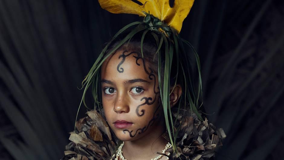 """""""Sitze so still wie möglich"""": Warum rinnt diesem Mädchen von den Marquesas eine Träne die Wange hinunter?"""