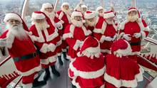 Weihnachtsmänner im Riesenrad über London