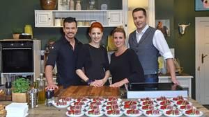 Von links nach rechts: Ludwig Heer, Meta Hiltebrand, Andrea Schirmaier-Huber und Ronny Loll kochen in Tim Mälzers Bullerei. Jeden Tag, eine ganze Stunde lang.