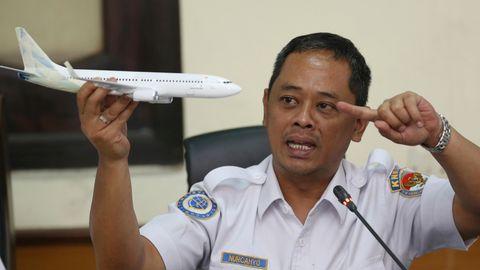 Der Ermittler des Nationalen Verkehrssicherheitskomitees, Nurcahyo Utomo, hält ein Modell eines Flugzeugs während einer Pressekonferenz über die vorläufigen Ergebnisse des Komitees zu seiner Untersuchung über den Absturz des Lion Air Fluges 610.