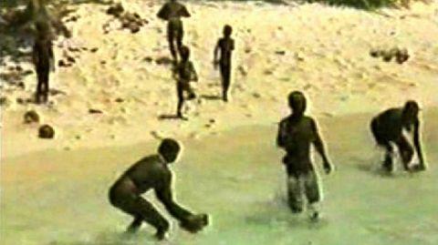 Das Standbild eines Videos zeigt Bewohner der für Außenstehende verbotenen indischen Insel North Sentinel