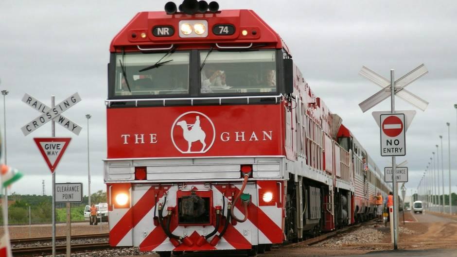 """In zwei Tagen und zwei Nächten durchfährt """"The Ghan"""" auch das Niemandsland, das rote Outback Australiens. Zwei Dieselloks mit jeweils 4000 PS sind auf der Etappe zwischen Darwin und Alice Springs unterwegs, eine Strecke, die erst im Januar 2004 in Betrieb genommen wurde."""