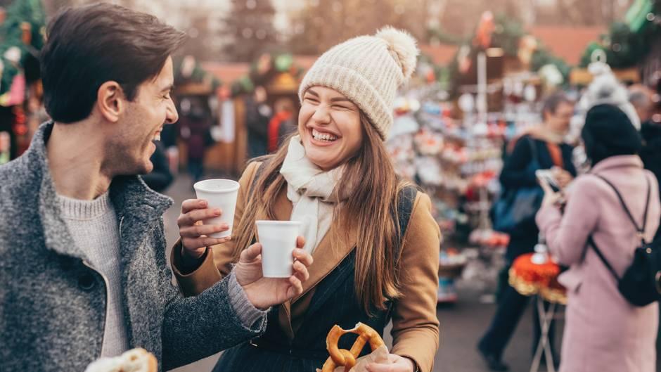 Glühwein trinken auf dem Weihnachtsmarkt