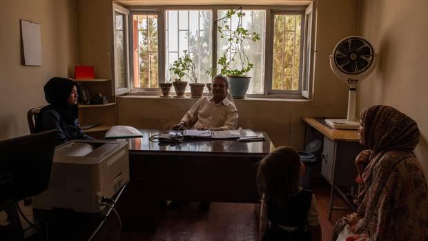 Schazia absolviert ungeduldig eine Sitzung mit ihrem Therapeuten in der Klinik