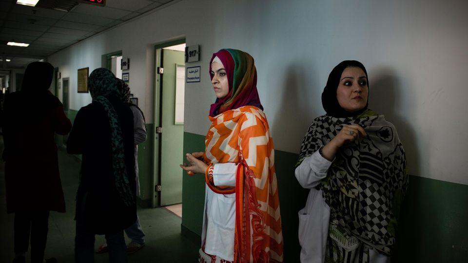 Dr. Nadschia, tritt aus einem Patientenzimmer, in dem sie eine Patientin aus der ProvinzHelmland behandelte, bei der eine fortgeschrittene Krebserkrankung diagnostiziert wurde.