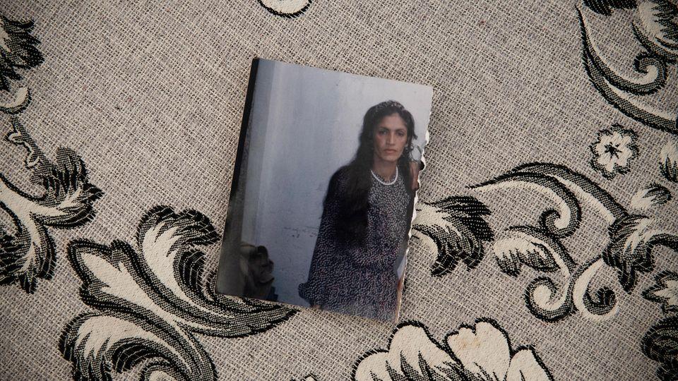 Ein altes Bild von Schamila. Sie wirkt dünn und zerbrechlich. Es stammt aus der Zeit, als sie zum ersten Mal zu ihrer Familie zurückkehren konnte, nachdem es ihr gelungen war, ihrem gewalttätigem Ehemann zu entfliehen.