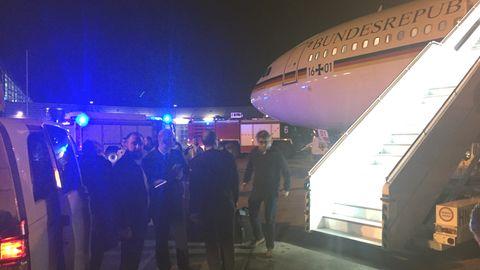 """DerKanzlerinnen-Airbus """"Konrad Adenauer"""" nach der Landung auf dem Rollfeld des FlughafensKöln/Bonn"""
