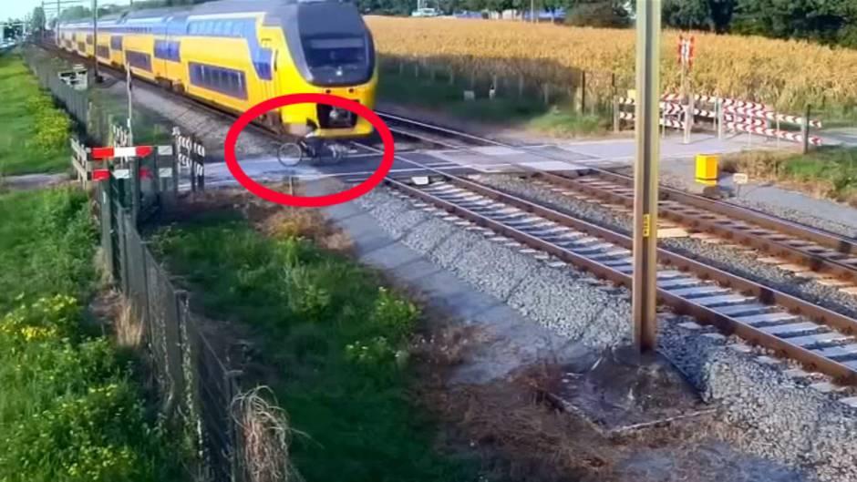 Niederlande: Gerade nochmal gut gegangen: Radfahrer entgeht Zug um Haaresbreite