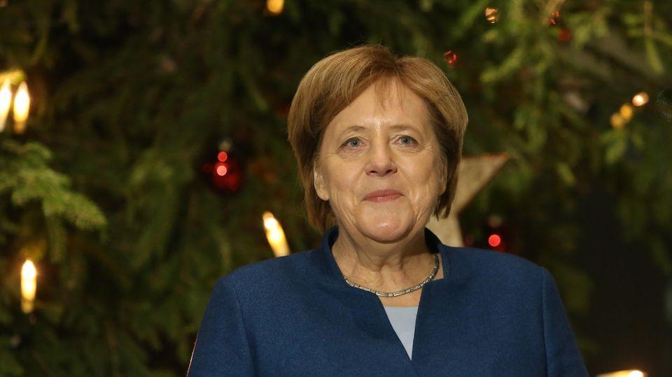 Kanzlerin Angela Merkel Mitte dieser Woche, als die drei traditionellen Weihnachtsbäume fürs Kanzleramt aufgestellt wurden