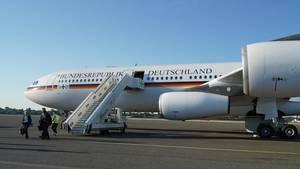 Der Regierungs-Airbus A340 steht auf dem Rollfeld des Flughafens Tegel