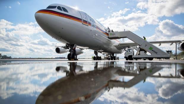 """Der Airbus A340-300 der Flugbereitschaft der Bundeswehr mit dem Taufnamen """"Konrad Adenauer"""", der am Donnerstagabend auf dem Weg nach Buenos Aires in Köln/Bonn landen musste."""