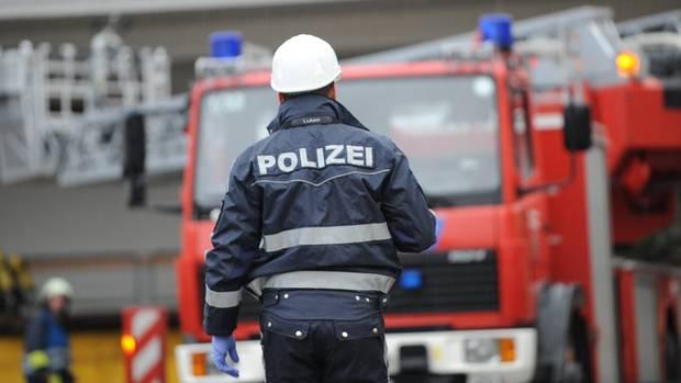Polizist bei Feuerwehr-Einsatz