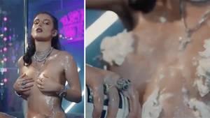 Sexy mit Sprühsahne: Bella Thorne zeigt sich ganz schön freizügig