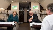 Bundeskanzlerin Angela Merkel (l.) und Außenminister Frank-Walter Steinmeierunterhalten sich auf dem Rückflug von Paris am 18.12.2013 nach dem Antrittsbesuch beim französischen Präsidenten