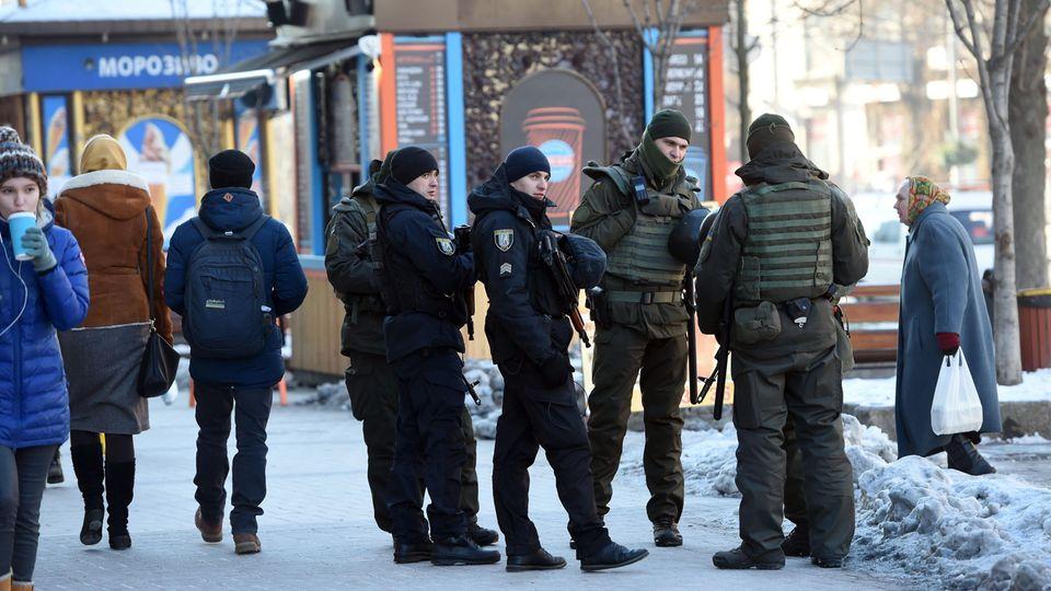 Soldaten der ukrainischen Nationalgarde patrouillieren im Zentrum Kiews (Symbolbild)